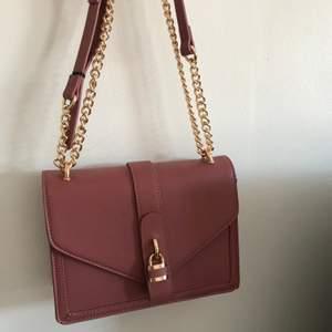 Fin rosa väska med gulddetaljer. Använd en gång. 90 kr + frakt 💕💕 Frakten kan variera beroende på vad väskan väger :)