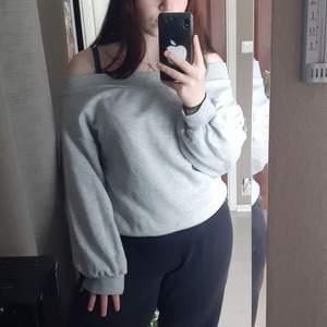 Söt grå tröja som går över axlarna från H&M💕Den är i bra skick och har kommit till användning endast 1 gång. (Köparen står för frakten)