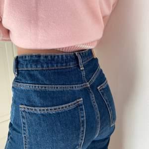 Mina älskade mörkblå weekday jeans, rowe modellen. Vet inte riktigt storlek med de är långa och passar s-m. Sitter lite löst.