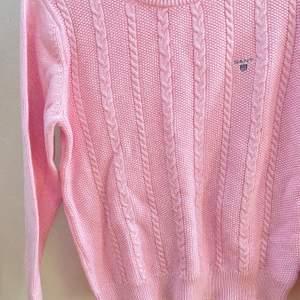 Jättefin rosa kabelstickad tröja, från märket Gant. Storlek S, aldrig använd. Frakten står jag för🌸