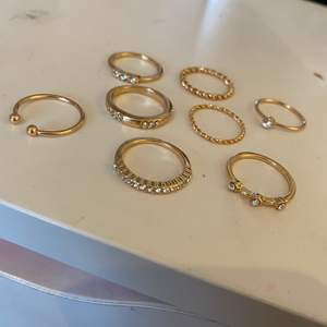 Säljer dessa fina ringar som aldrig är använda eftersom dom är förstora för mig💕. Väldigt bra kvalitet, är dock inte äkta guld och silver men går att duscha med osv:)💕 de silvriga ringarna är str S och de guldiga är str M. Säljer de för 10kr st, +10kr frakt