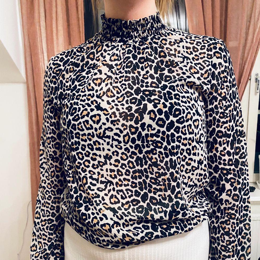 Blus leopard, från Vero Moda. Strl M. Fint skick. Bud.. Blusar.