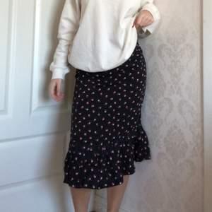 Söt somrig kjol med volang nedtill! I färgerna svart, vit och rosa! den ger snygga former :)