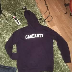 Mörk lila carrhart hoodie, använd ett fåtal gånger