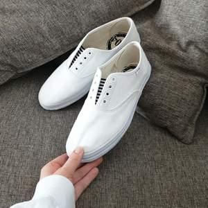 Vita tygskor som passar till allt! Formar sig fint efter foten och bekväma att gå i🌻! Bara använt de fåtal gånger och därför i bra skick☺🤍