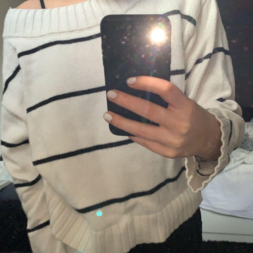 En skön randig tröja med lite off shoulder stil uppe vid halsen. Tröjan är en M så väldigt skön och luftig. Knappt aldrig använt så fint skick. 80kr+45kr frakt.. Tröjor & Koftor.