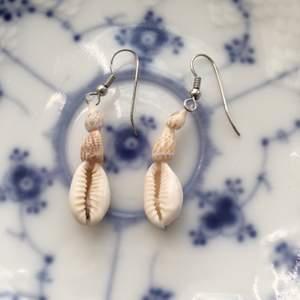 Söta handgjorda örhängen med snäckor. (Frakt: 12kr) 💌