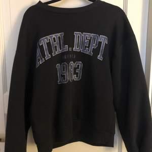 Denna populära tröja i storlek XS. Använd ett par fåtal gånger. Buda i kommentarerna💕