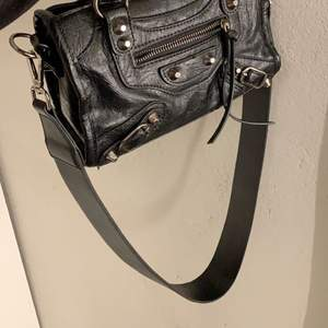 """Säljer ett till """"väskband"""" som är köpt ifrån Åhléns 🤍 Assnyggt att byta ut det vanliga bandet mot detta, köparen står för frakt."""