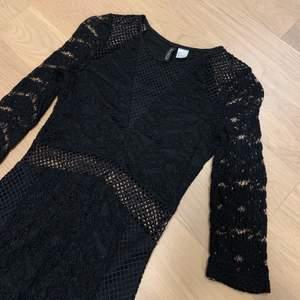 Jag säljer denna fina klänning fårn h&m pga att den är för liten. Klänningen är i storlek 32 och är väldigt liten i storlek + ingen stretch. Använd ett fåtal gånger och är i jätte bra skick