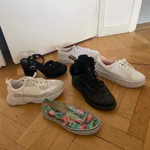 6 par olika skor i stl 39-40, 1. Vita sportiga chunky sneakers från Topshop, använda men bra skick. 2. Svarta klackar från HM, aldrig använda. 3. Vans i fint skick, Limited edition med flamingo print, behöver nya skosnören. 4. Dr martens, använt skick. 5 + 6. Två olika vita sneakers från HM, väldigt bra skick på bägge. Kommer från ett rök- och djurfritt hem.   Hämtas upp i Hägerstensåsen