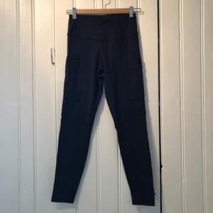 Mjuka och sköna träningstights från sov med fickor på båda låren. Höga i midjan och väldigt sköna i materialet.
