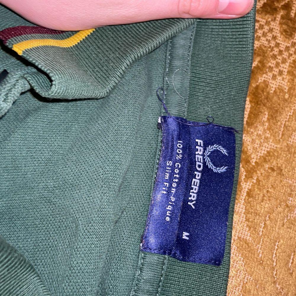 skön som grön 2009 fred perry collar tröja, 100% bomull! jättebra skick men har använts rätt så många gånger. tar emot bud och byter även mot andra klädesplagg, frakt diskuteras! <3. Skjortor.
