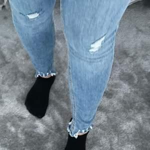 Jeans från pieces i storlek M. Endast använda en gång. Tillkommer frakt om du inte bor i Varberg