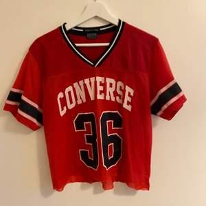 En antagligen fake converse tröja som är croppad, det är t shirt material högst upp och träningströjs-material längst ner⚡️