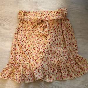 Säljer en jättefin kjol som aldrig är använd. Köparen står för frakten☺️💞 Nypris 150 kr. Bugivning i kommentarerna om många vill köpa.