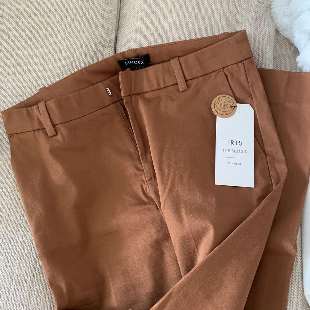 Beige bruna storlek 36, prislapp kvar aldrig anvnda. . Jeans & Byxor.