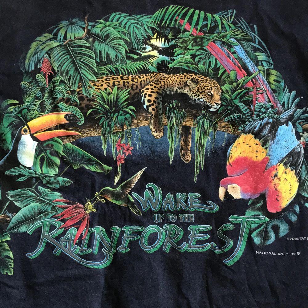 Cool T-shirt med tryck på både fram och baksida. Schysst skick! Storlek XL✨. T-shirts.