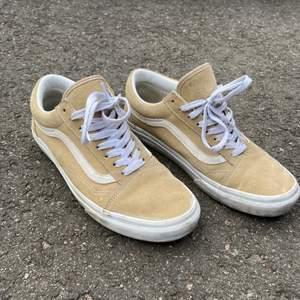 Beiga hyfsat nya vans skor. Använda få tal gånger, och är fortfarande i fint skick. Säljes då dom inte kommer till användning. Nypris 849, men sätter nu priset på 300kr + frakt men kan gå ner vid snabb och smidig affär. Passar mig som i vanliga fall har 39 i storlek på skorna.