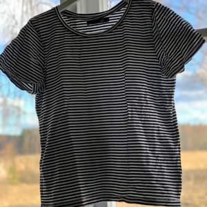 Svartvit randig T-shirt från lager 157 i stl s. Endast provad, nyskick. Köparen står för frakten.🤍