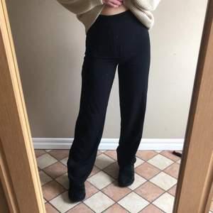 Ett par superfina kostymbyxor från bikbok, säljer pga går inte till användning. Storlek 34, för mig som är runt 167-168 är de superbra längd på dom. Kontakta för fler bilder eller frågor!! Säljer för 180kr + eventuell frakt, PRIS KAN ÄVEN DISKUTERAS‼️