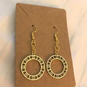 Fina klock örhängen! Frakt: 14kr😇❤️❤️*Alla örhängen kan göras till halsband vid intresse, köp 3 par örhängen och få det fjärde gratis, gäller alla örhängen!!☺️❤️