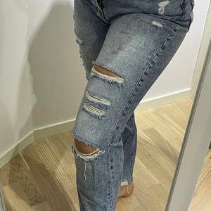 Ett par snygga jeans med slitningar ifrån HM, tyvärr för stora, dem är i storlek 40/M men skulle säga att dem passar en S, går ner till fotleden på mig, köptes för 399 säljer för 100kr