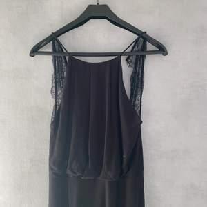 Svart klänning med öppen rygg från SAMSOE SAMSOE. Storlek: S. Använd en gång.