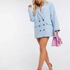 super fin blå kavaj som går att ha som klänning eller underdel till om man vill ☺️💕 helt oanvänd & nyskick!! jag är 171 cm