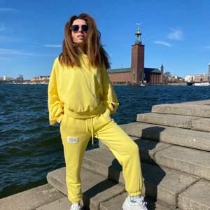 Fantastisk NY gold kostym. Den outfit kommer att vara perfekt för sommarvandringar. Kostym består av en hoodie och långa byxor. Bra textil (bomull). Passar kvinnor som är från 160cm till 170cm långa.