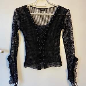 Säljer denna jättecoola nät-tröjan med en typ av knytning där fram! Fint skick och perfekt till sommaren att ha över ett linne eller liknande! Står ingen storlek men skulle tippa på S! DM vid frågor osv! 🤍