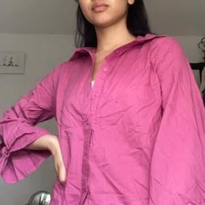 Jättesöt rosa skjorta med söta utsvängda armar! Har inte kommit till använding, frakten ingår!