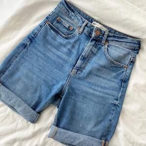Snygga denim shorts från ginatricot🤍 längden på benen går att vika ner och upp. Jeansen är i storlek 34 o sitter bra på mig som har storlek XS/S. Perfekta nu till sommaren!