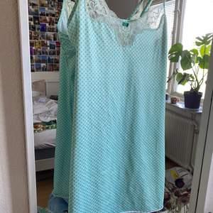 En miniklänning 👗 Den är turkos/grön aktig med mönster🧚🏽Perfekt att ha för sig själv eller över en vit t-shirt💕Frakt ingår