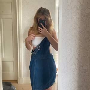 Säljer min hängselklänning i jeansmaterial! Väldigt fint skick och är enbart använd fåtal gånger. Säljer pga för stor! 100 kr + frakt 🥰