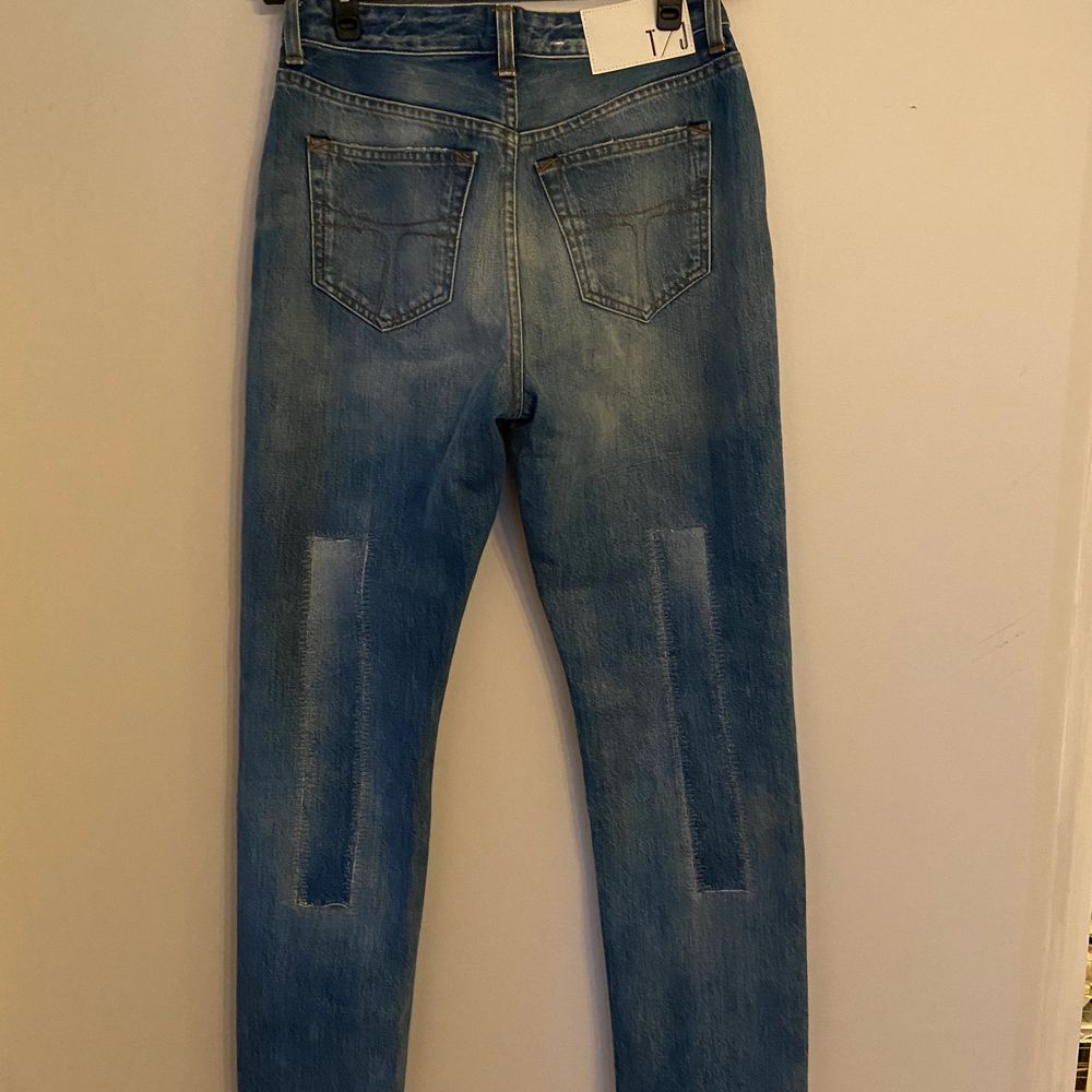 Måste tyvärr sälja dessa trendiga patchwork jeans från Tiger of Sweden eftersom storleken var för liten. Jeansen är midrise och sitter thight runt lår och rumpa men löst neråt. . Jeans & Byxor.