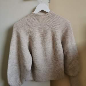 Stickad tröja från weekday i fin rosa/ beige färg, svagt svagt glitter i. Storlek XS, passar S.