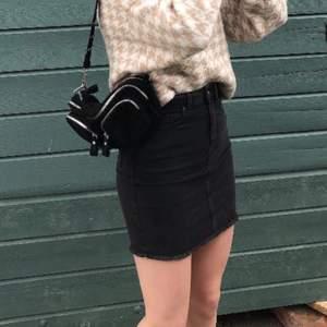 Säljer denna super snygga kjol från pieces💞 Den är aldrig använd (prislapp kvar) Går att matcha till allt. Nypris: 340kr (villig att sänka pris) kom privat för fler bilder!