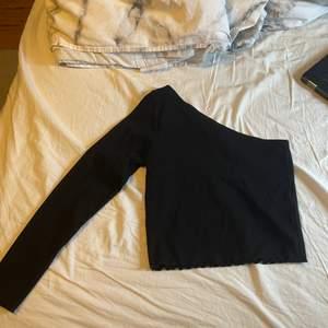 Säljer två tröjor med en arm. Storlek L på båda men passar S/M. En för 60 eller båda för 100 kr💕