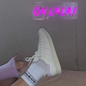 Hej säljer dessa snygga stan Smith skor i storlek 38 från Adidas. 💕