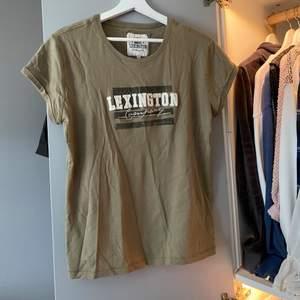 Super mjuk T-shirt ifrån lexington, i super bra skick och knappt använd. Storlek M. Pris 100kr + frakt