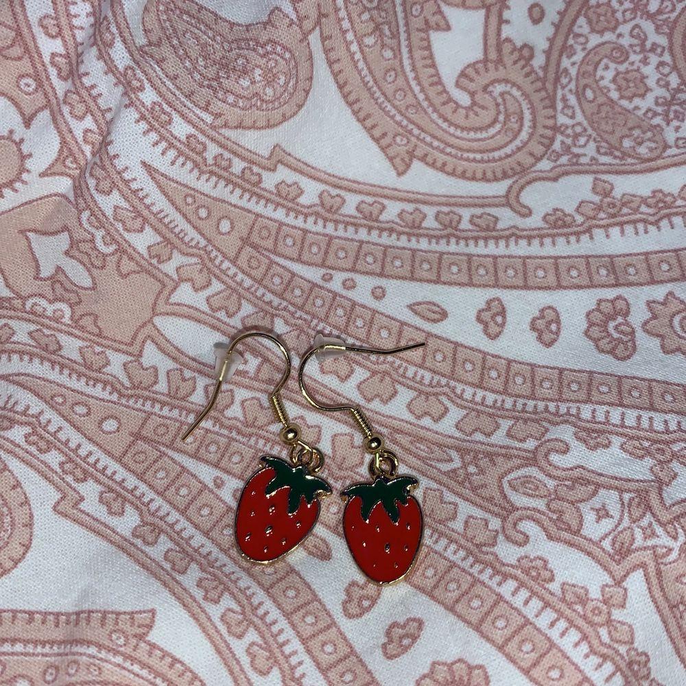 Jättegulliga jordgubbsörhängen! NICKELFRIA!! Frakt tillkommer på 12kr💕. Accessoarer.