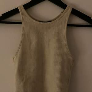 Ribbat linne från dr demin i jätte fint skick, nästan aldrig använt✨inte genomskinligt på några sätt✨så fin till sommaren❗️