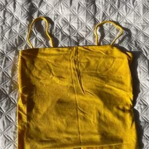 Fint gult linne. Storlek XS . Fint skick och inga märken eller annat. Säljer då det blivit för litet och ej är min stil längre. Pris 50 kr. Frakt kan tillkomma även om det står gratis frakt.                                                            PRIS KAN DISKUTERAS!! ⭐️