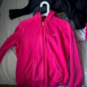 säljer en superfin nike zip hoodie som är rosa💖 Den är köpt på secondhand. Det står att det är storlek L men skulle säga att det är ett S/M. Den är inte nopprig eller så