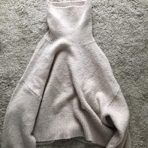 Beige stickad tröja med krage. Så skön och sitter snyggt oversized 💕