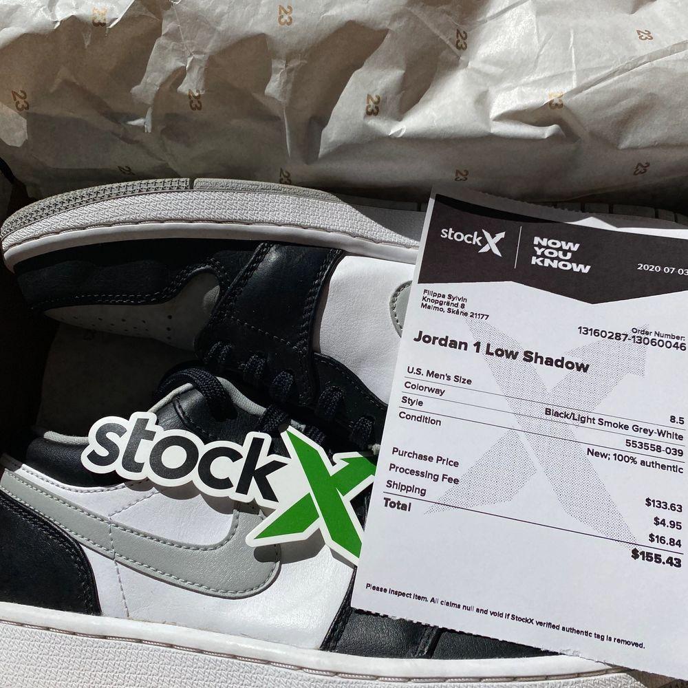 Säljer mina absoluta favoritskor då de tyvärr inte kommer till användning 💕 Köpta på StockX som helt nya, och har sedan dess bara använts fåtal gånger - toppskick! Säljer för 1100kr + frakt (totalt köpta för 2000kr inkl. frakt och tull) Låda och övrigt som StockX skickade med ingår såklart! . Skor.