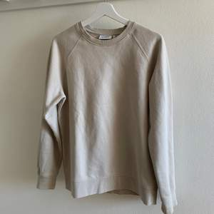 Beige sweatshirt från Weekday, storlek S från herravdelningen. Väldigt bra skick, knappt använd, inga fläckar mm. 200kr inklusive frakt.
