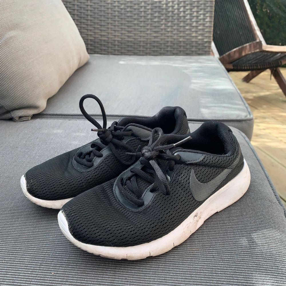 Svarta Nike skor . Skor.
