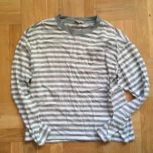 Monki randig tröja i bomull och modal. Strl XS, grå/grön ton.